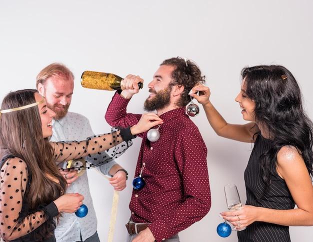 Pessoas, decorando, homem, com, brilhante, baubles, enquanto, ele, bebendo