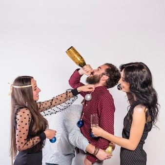 Pessoas, decorando, homem, com, bugigangas, enquanto, ele, bebendo