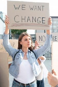 Pessoas demonstrando juntas pela mudança