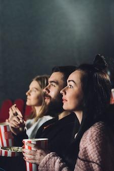 Pessoas desfrutando de cinema no cinema Foto Premium
