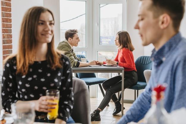 Pessoas, desfrutando, em, um, restaurante