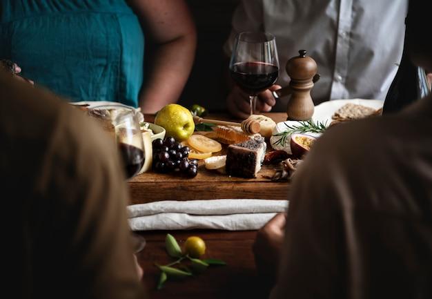 Pessoas, desfrutando, queijo, platter