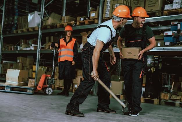 Pessoas, desgastar, uniforme, e, capacetes protetoras, no trabalho