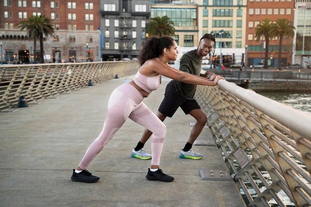 Pessoas desportivas ao ar livre