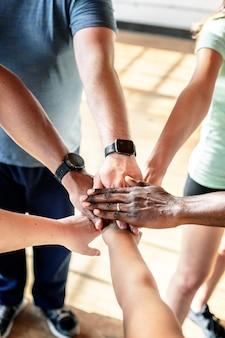 Pessoas desportivas de mãos dadas