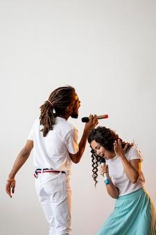 Pessoas diferentes cantando juntos