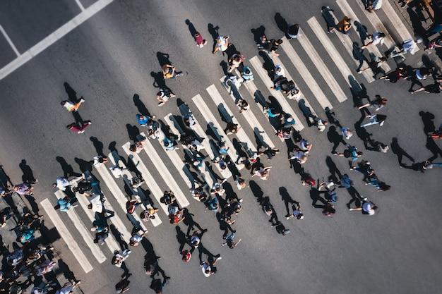 Pessoas diferentes em uma passagem de pedestres na cidade pessoas em uma faixa de pedestres muito o ...