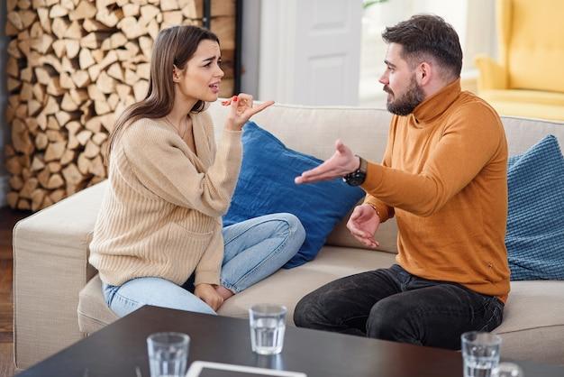Pessoas, dificuldades de relacionamento, conflito e conceito de família - casal infeliz tendo argumento em casa