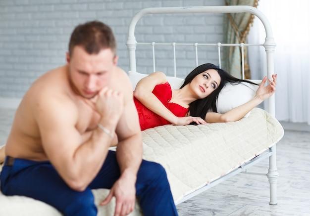 Pessoas, dificuldades de relacionamento, conflito e conceito de família - casal infeliz tendo problemas no quarto