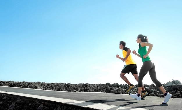 Pessoas do esporte correndo ao ar livre