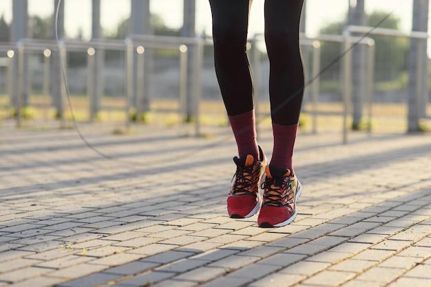 Pessoas do esporte fitness se exercitando e o estilo de vida do homem pulando com corda de pular ao ar livre