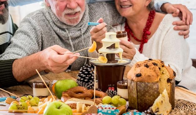 Pessoas do grupo familiar almoçam juntos na época do natal