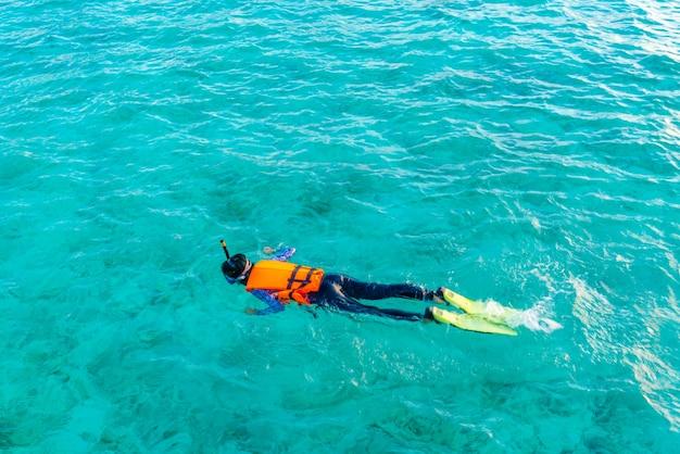 Pessoas do paraíso homem subaquático oceano