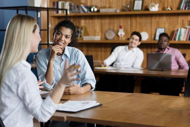 Pessoas durante uma reunião no trabalho
