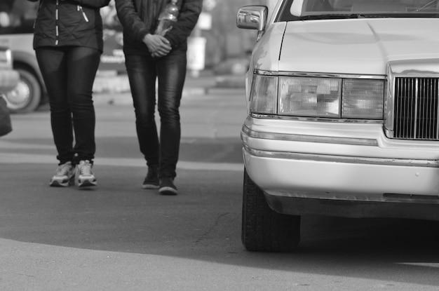 Pessoas e carro