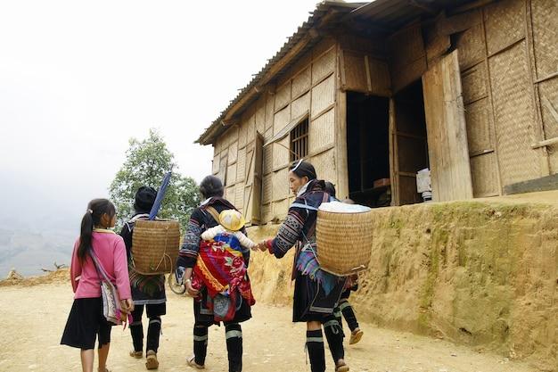 Pessoas e crianças de sapa, área montanhosa do norte do vietnã em sua vida diária.