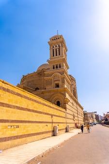 Pessoas egípcias locais na igreja suspensa ou igreja de santa maria no bairro copta do cairo