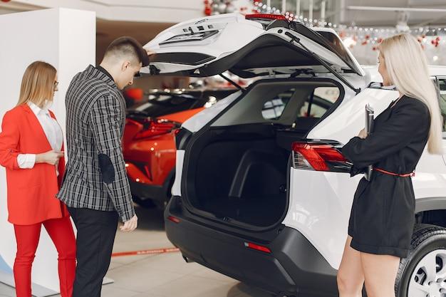 Pessoas elegantes e elegantes em um salão de carro