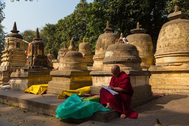 Pessoas em bodhgaya, e bodh gaya é um local religioso do budismo
