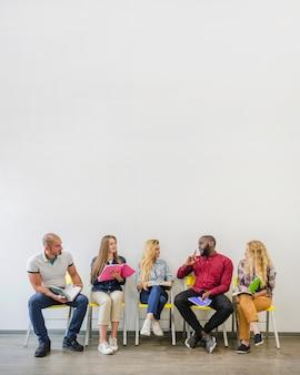 Pessoas em cadeiras que se comunicam