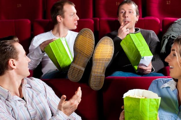 Pessoas, em, cinema, teatro, comendo, porcorn