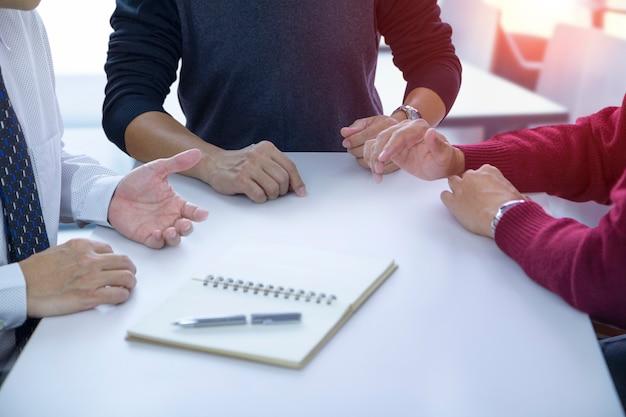 Pessoas em discussão em uma reunião.
