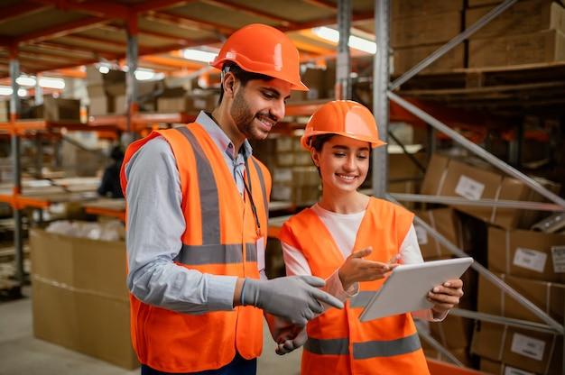 Pessoas em equipamentos de segurança no trabalho