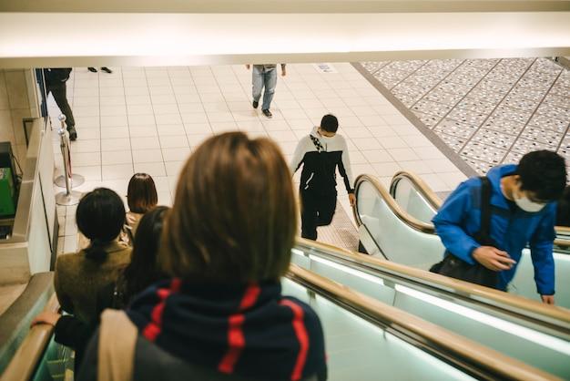 Pessoas em escadas rolantes na cidade
