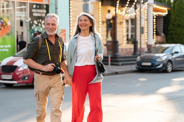 Pessoas em filmagem média caminhando juntas pela cidade
