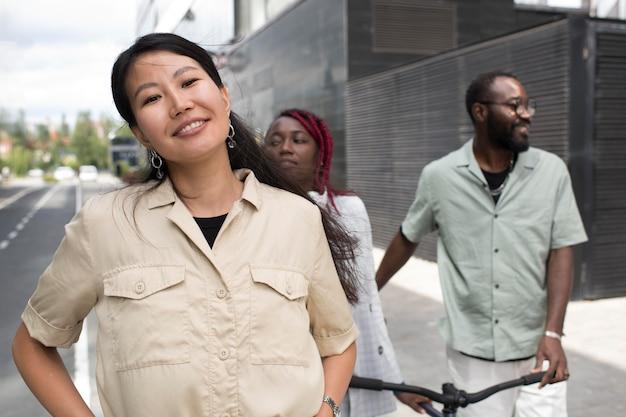 Pessoas em filmagem média caminhando na rua