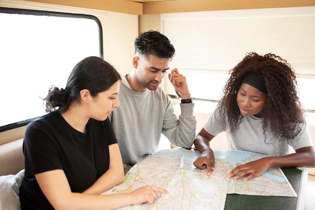 Pessoas em filmagem média olhando para o mapa