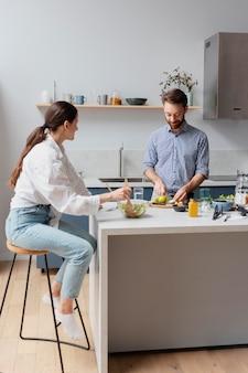 Pessoas em filmagem média preparando comida em casa