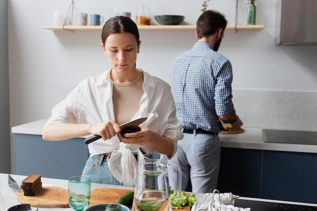 Pessoas em filmagem média preparando comida juntas
