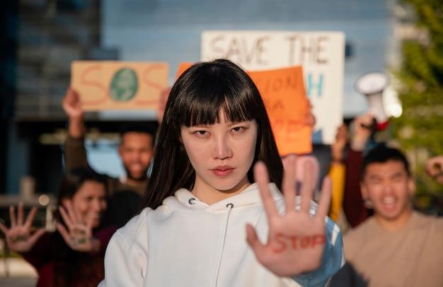Pessoas em filmagem média protestando juntas