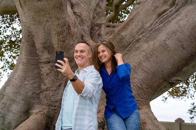 Pessoas em filmagem média tirando selfie
