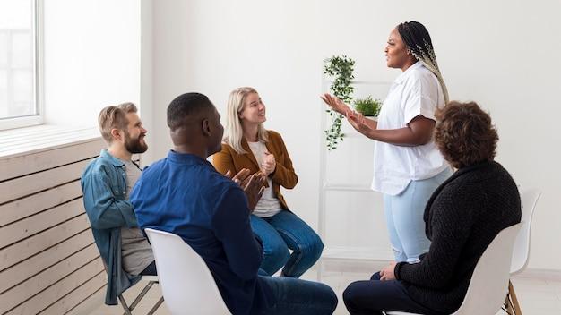 Pessoas em filmagens médias conversando na reunião