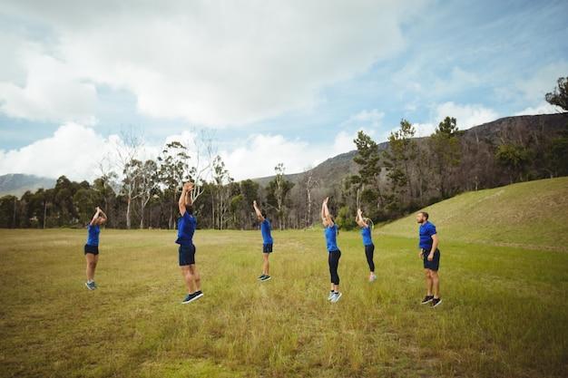 Pessoas em forma fazendo exercícios de alongamento