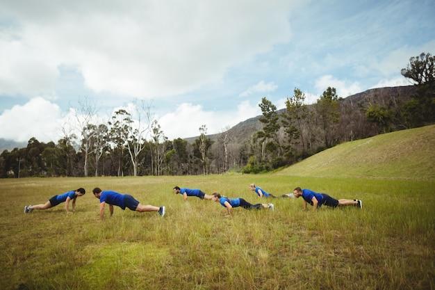 Pessoas em forma fazendo exercícios de flexão