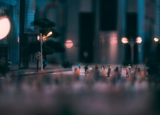 Pessoas em miniatura andando nas ruas, as pessoas estão se movendo na faixa de pedestres