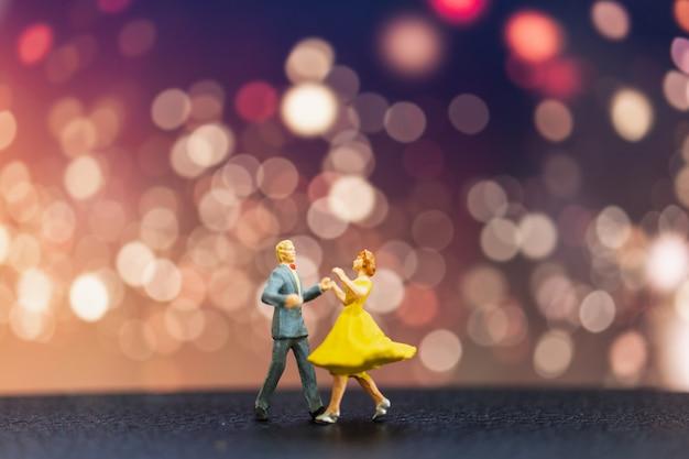 Pessoas em miniatura, casal dançando com bokeh de fundo