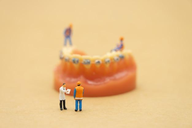 Pessoas em miniatura consulte um médico para pedir problemas de saúde.