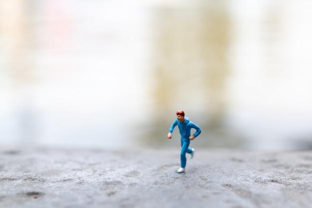 Pessoas em miniatura correndo na rocha