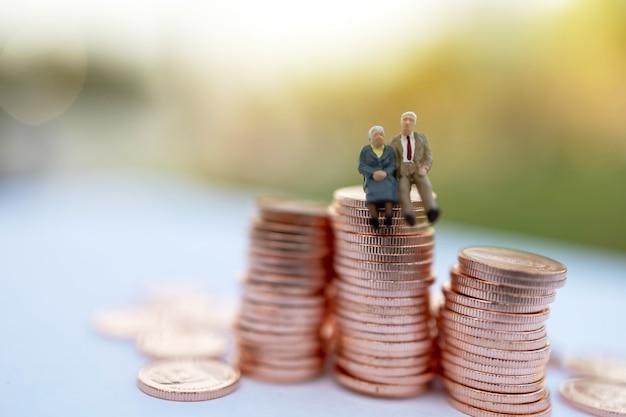 Pessoas em miniatura em moedas