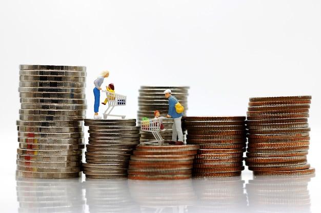 Pessoas em miniatura em pé em moedas