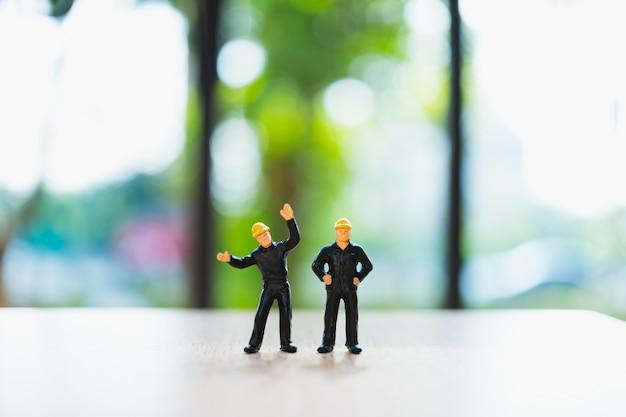 Pessoas em miniatura em pé