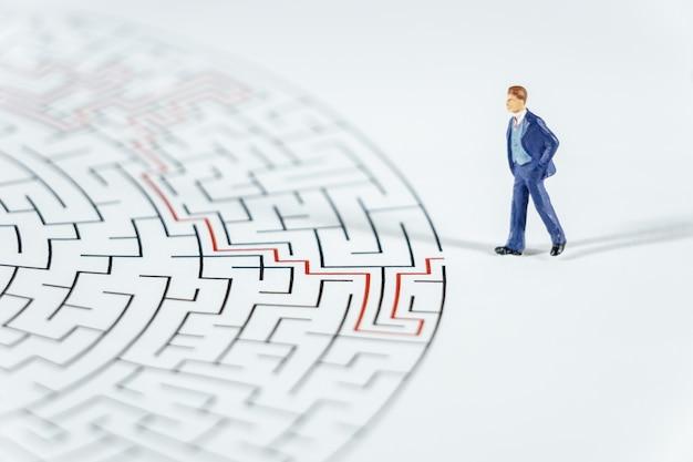 Pessoas em miniatura empresário andando em um labirinto.