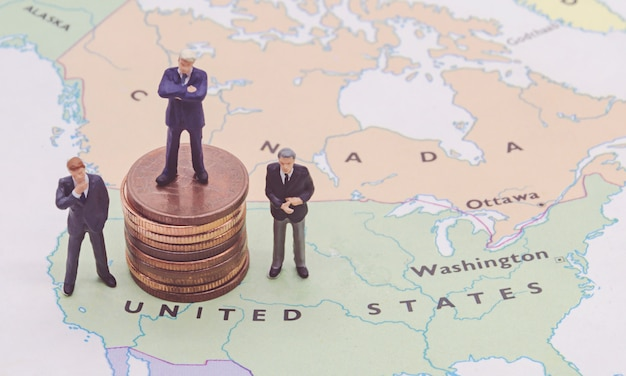 Pessoas em miniatura, empresário de pé no mapa americano