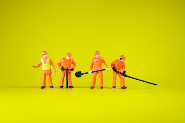 Pessoas em miniatura, equipe de engenheiros de variedade trabalhando ação usando como conceito de indústria e negócios