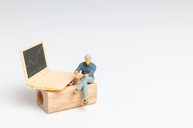 Pessoas em miniatura, executivos e labtop apresentando cotações de ações, mercado de ações ou gráfico de negociação forex em conceito gráfico