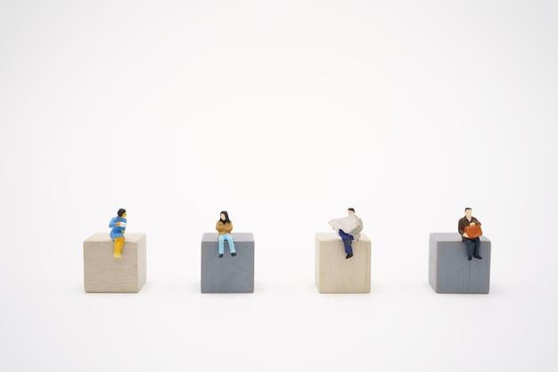 Pessoas em miniatura ficam separadas para reduzir o vírus covid 19